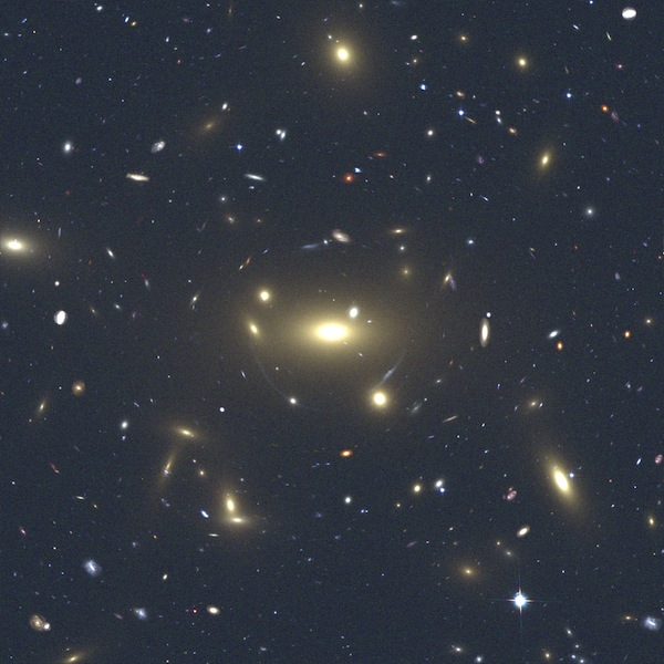 Left panel: simulated observation with HST of a mock galaxy cluster produced with the